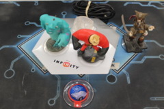 Accessory: Disney Infinity USB Portal Base (INF-8032386) with Assorted Figures